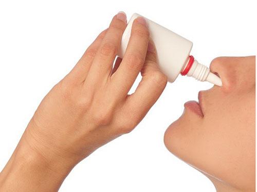 Dùng thuốc kháng histamin chống dị ứng mẩn ngứa