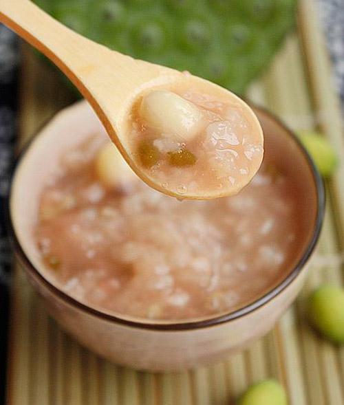 Món cháo chi tử nấu hạt sen điều trị mề đay tại nhà
