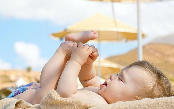 Tắm nắng trị rôm sảy cho trẻ