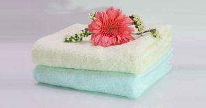 dùng khăn nóng trị mề đay