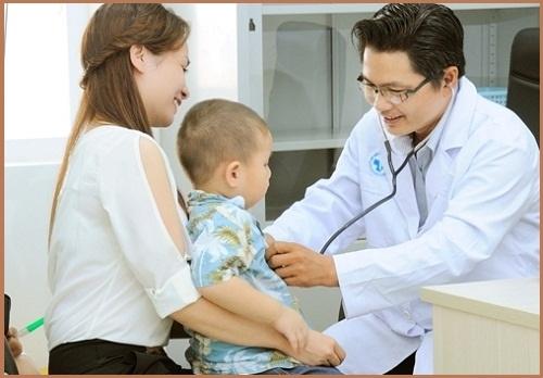 khi bé bị nổi mề đay mẹ nên đưa bé đến bác sĩ