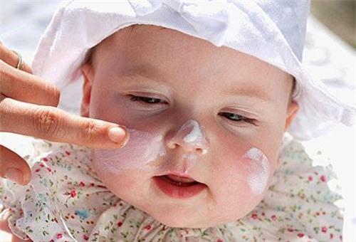 dưỡng ẩm thường xuyên khi trẻ bị dị ứng thời tiết