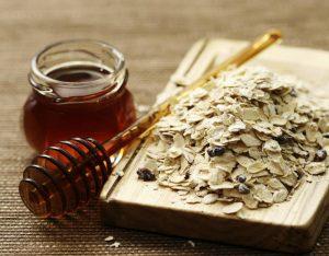 dùng mật ong và yến mạch khi da mặt bị ngứa và nổi mụn