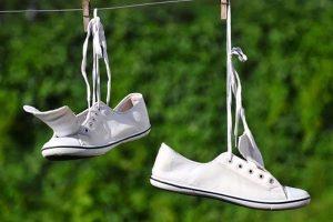vệ sinh giày thường xuyên đề phòng dị ứng nước mưa