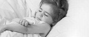 trẻ bị ngứa khi bị bệnh mề đay