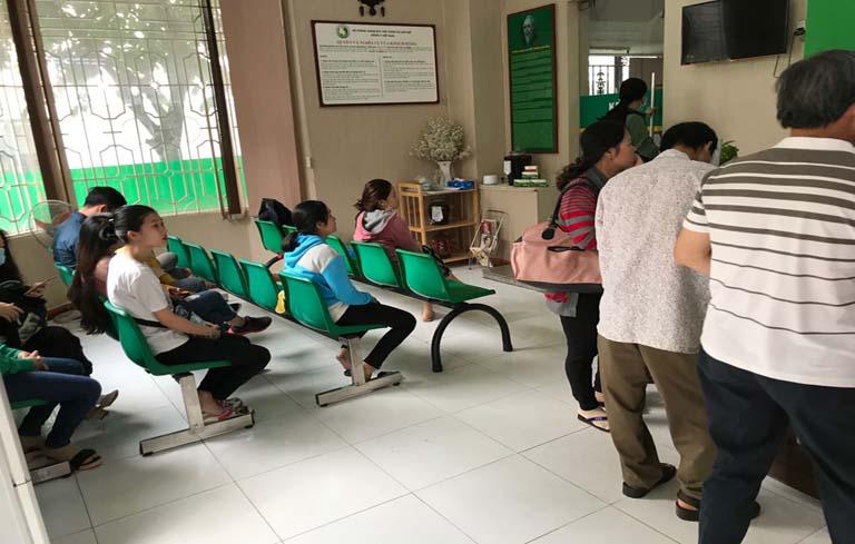 Có rất đông bệnh nhân nhân đến Trung tâm thăm khám từ sớm